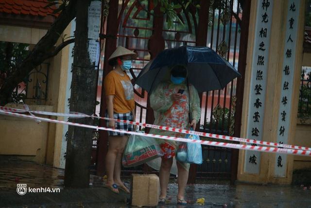 Hà Nội: Người thân đội mưa tầm tã tiếp tế cho khu phong toả hơn 1.200 dân chợ Đại Từ - Ảnh 5.
