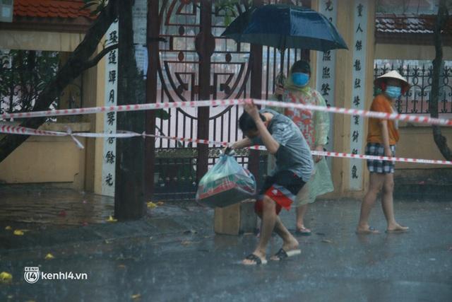 Hà Nội: Người thân đội mưa tầm tã tiếp tế cho khu phong toả hơn 1.200 dân chợ Đại Từ - Ảnh 6.