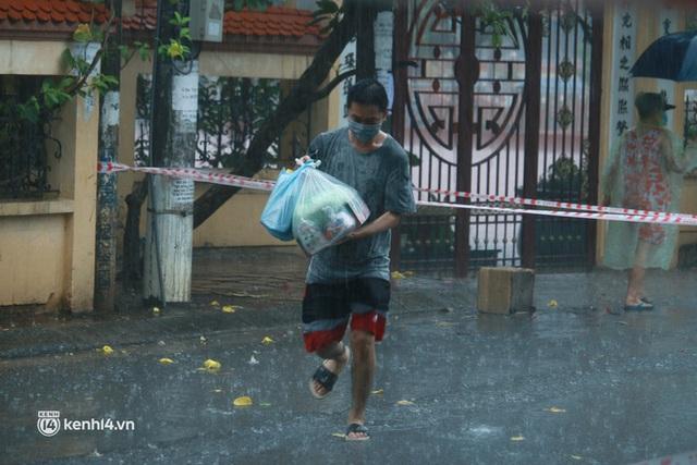 Hà Nội: Người thân đội mưa tầm tã tiếp tế cho khu phong toả hơn 1.200 dân chợ Đại Từ - Ảnh 7.