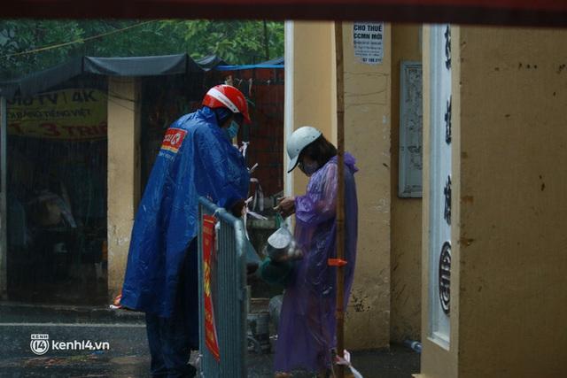Hà Nội: Người thân đội mưa tầm tã tiếp tế cho khu phong toả hơn 1.200 dân chợ Đại Từ - Ảnh 8.