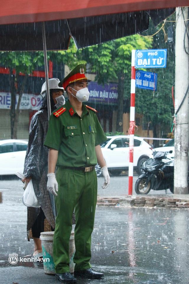 Hà Nội: Người thân đội mưa tầm tã tiếp tế cho khu phong toả hơn 1.200 dân chợ Đại Từ - Ảnh 9.
