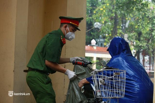 Hà Nội: Người thân đội mưa tầm tã tiếp tế cho khu phong toả hơn 1.200 dân chợ Đại Từ - Ảnh 10.