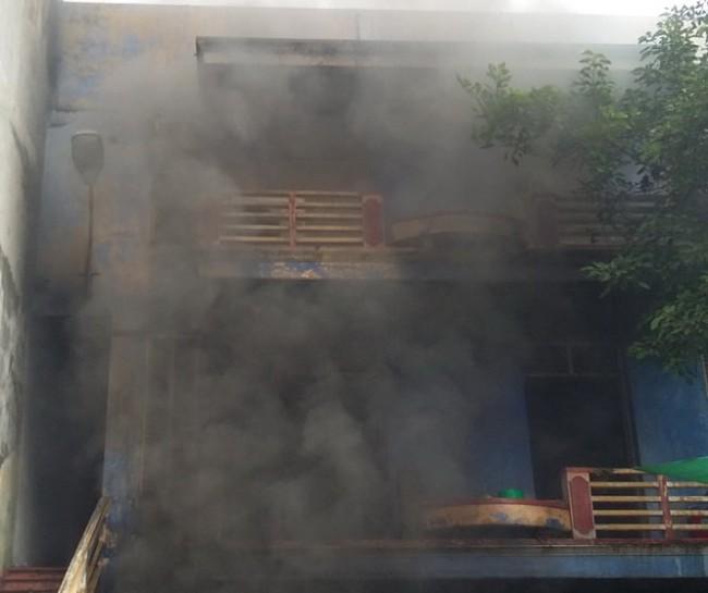 Đám cháy ở KCN Võ Cường đến trưa 16-7 vẫn cháy