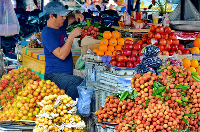 Trái cây ngập chợ