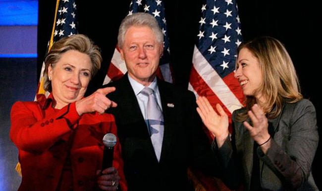 Gia đình Clinton kiếm hàng trăm triệu USD như thế nào?