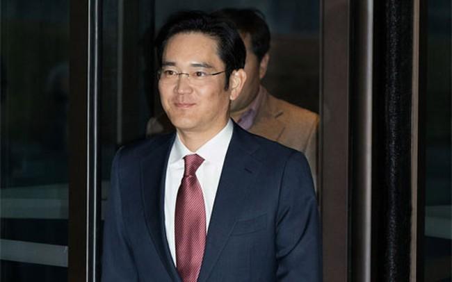"""Chủ tịch Samsung đẩy nhanh việc """"truyền ngôi"""" cho con"""