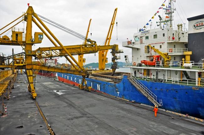 """Cảng Cẩm Phả đón tàu """"xông đất"""" đầu năm"""