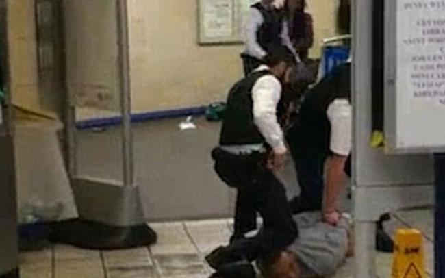 Bắt kẻ khủng bố cắt cổ hành khách tại ga điện ngầm London