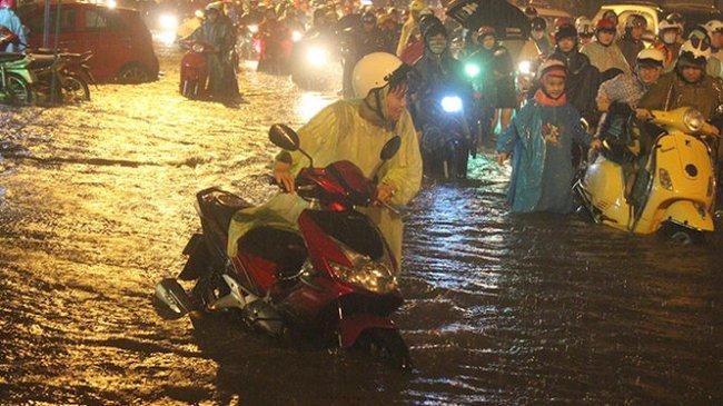 22g30 tối 15-9, nhiều người Sài Gòn vẫn lếch thếch ngoài đường
