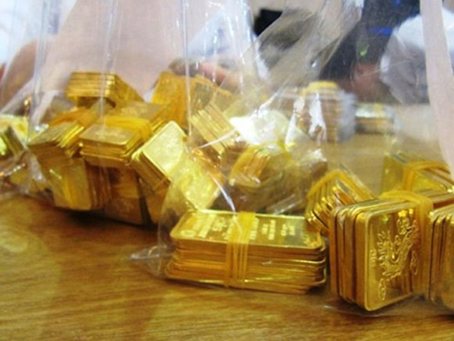 Giá vàng sụt mạnh, rời xa mốc 33 triệu đồng/lượng