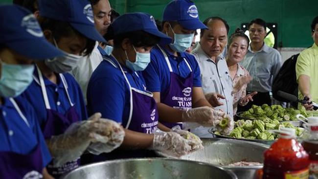 Thủ tướng Nguyễn Xuân Phúc kiểm tra đột xuất suất ăn công nhân