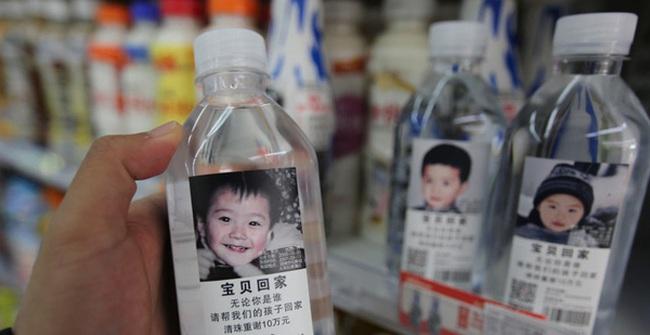 Thông điệp đầy ý nghĩa trên những chai nước khoáng in hình trẻ em bị mất tích ở Trung Quốc