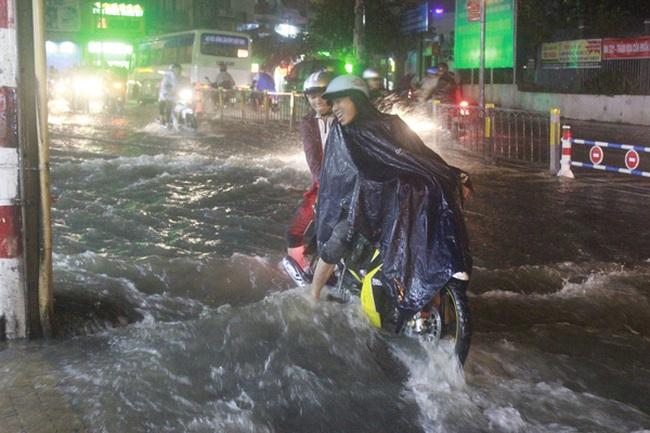 Mưa lớn liên tục, sấm nổ vang trời, người Sài Gòn không dám ra đường
