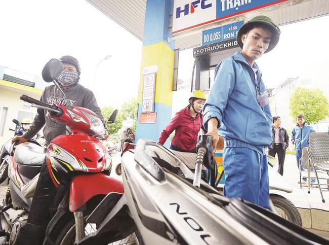 Giá xăng nặng gánh thuế phí: Tăng và sẽ còn tăng nữa?