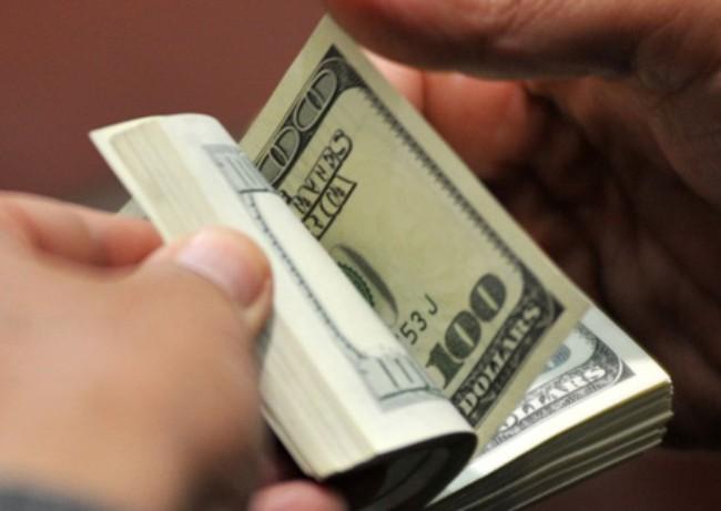 Tỷ giá trung tâm lùi 1 bước tiến…3 bước, USD ngân hàng nhảy vọt lên sát 22.800 đồng