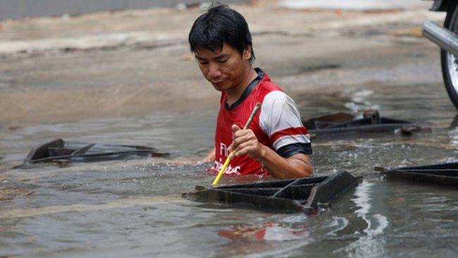 """Nhiều tuyến đường Sài Gòn vẫn ngập mênh mang sau cơn mưa """"lịch sử"""""""