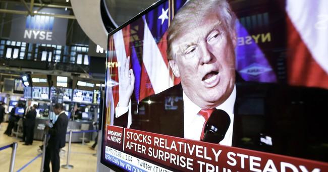 """Ngược với dự báo, chứng khoán Mỹ lập đỉnh nhờ """"hiệu ứng"""" Donald Trump"""