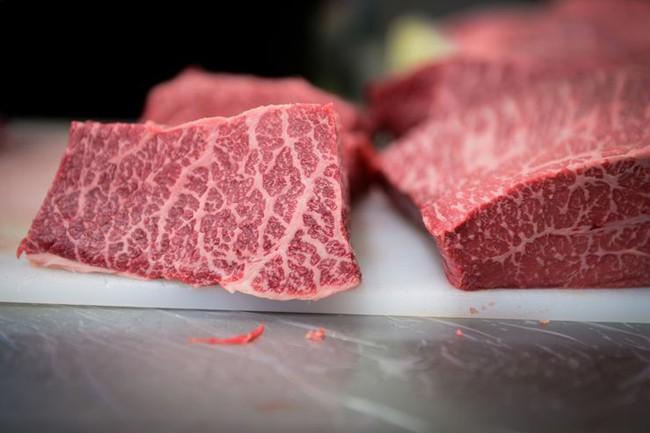 260 USD 1 lạng thịt bò Nhật Bản được nuôi bằng 14 loại thảo mộc và chăn thả tự nhiên