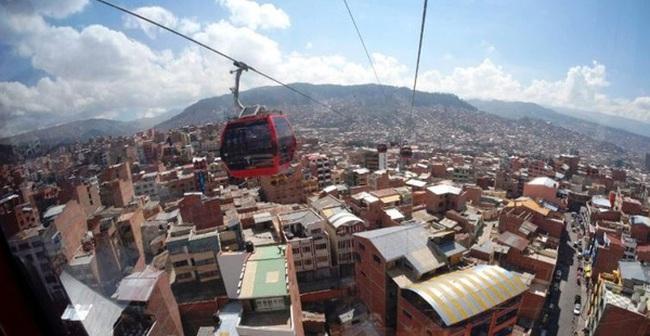 Để tránh kẹt xe, người dân ở Bolivia đi làm bằng cáp treo dài nhất thế giới
