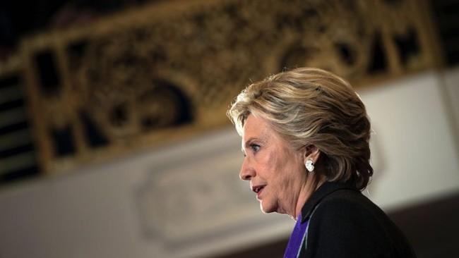 """Ai đã """"phản bội"""" bà Hillary Clinton?"""