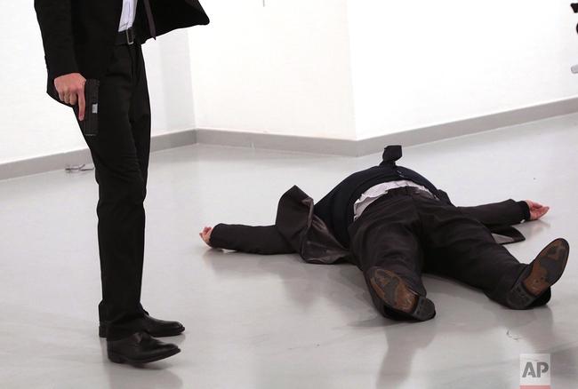 Phóng viên ảnh của AP kể về giây phút kinh hoàng chứng kiến đại sứ Nga bị bắn chết