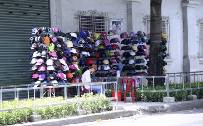 Mũ bảo hiểm kém chất lượng ngập phố Sài Gòn