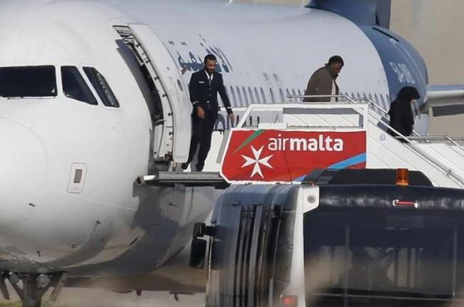 Không tặc thả toàn bộ hành khách và phi hành đoàn trên phi cơ Libya bị cướp