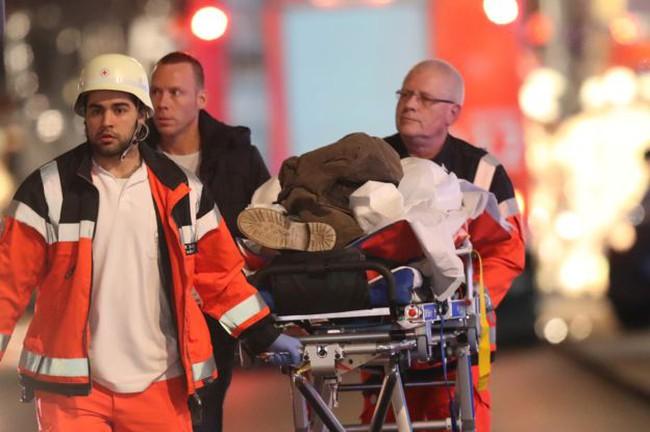 Nước Đức chấn động với vụ xe tải điên lao vào chợ Giáng sinh khiến 12 người thiệt mạng
