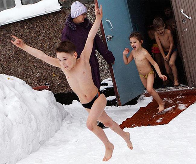"""Dội nước lạnh lên người rồi chạy dưới trời tuyết: Cách rèn luyện sức khỏe """"rùng mình"""" cho trẻ em của người Xibia"""