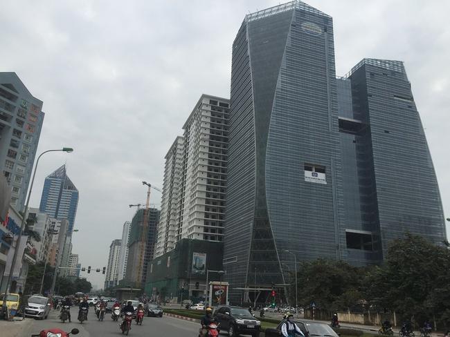 1 km cõng 40 tòa chung cư cao tầng, đường Lê Văn Lương đang ngộp thở