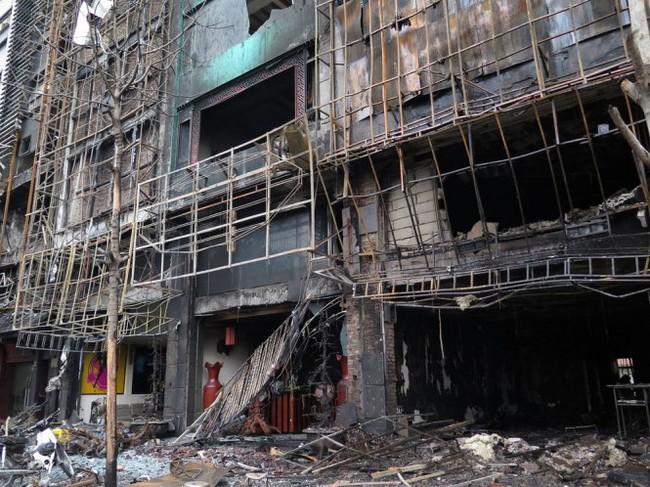 Hiện trường tan hoang sau vụ cháy dãy quán karaoke