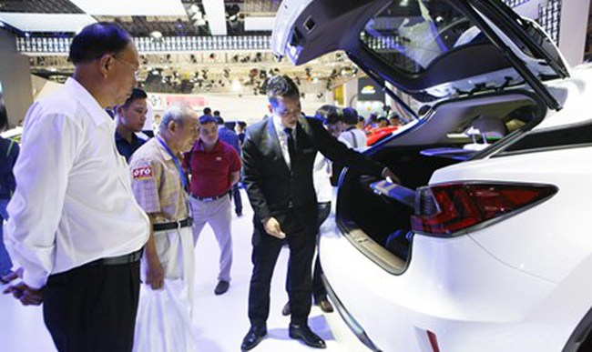 Giá xe hạ, doanh nghiệp vẫn chờ… giảm thuế