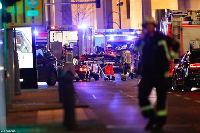 Hiện trường kinh hoàng vụ khủng bố chợ Giáng sinh ở Đức