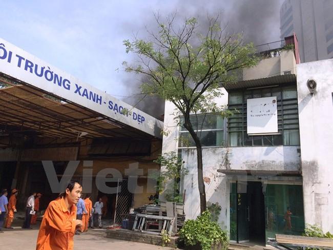 Cháy kho dầu, khói bốc đen kịt trên phố Giải Phóng, Hà Nội