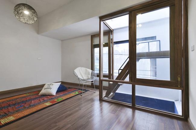 """Ngôi nhà 45m² trong ngõ sâu được cải tạo lại cực """"Tây"""" nhờ nội thất gỗ mộc mà chất ở Hà Nội"""