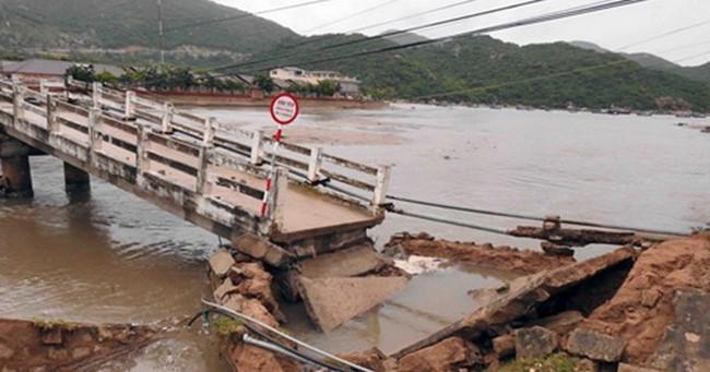 Sập cầu Vĩnh Hy ở Ninh Thuận gây ách tắc giao thông