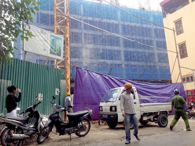 Sập giàn giáo xây chung cư Eco Green Tower, 2 người chết