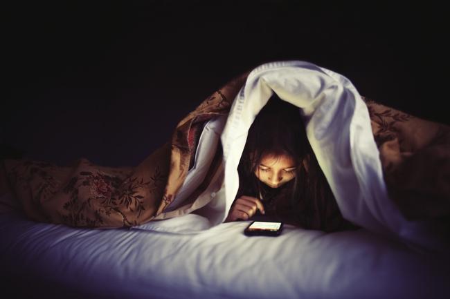 Vì sao sử dụng điện thoại trong bóng tối gây mù tạm thời?