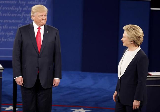 """""""Cuộc chiến"""" ngôn ngữ cơ thể Hillary Clinton và Donald Trump"""