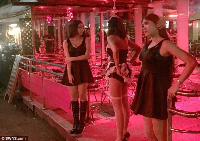 """Đồng phục đen ở """"phố đèn đỏ"""" Thái Lan"""
