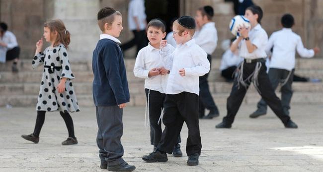 """Cho con biết """"mùi tiền"""" từ 3 tuổi: Cách dạy con sốc của người Do Thái mà bố mẹ Việt nào cũng nên biết"""