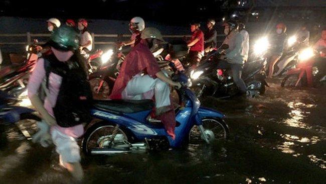 Đỉnh triều cường gặp mưa to, nước ngập không kịp trở tay