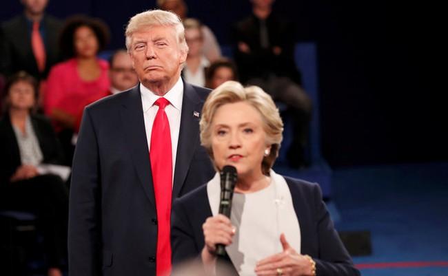 Donald Trump cảnh báo bà Hillary Clinton đừng gục ngã ở Trung Quốc