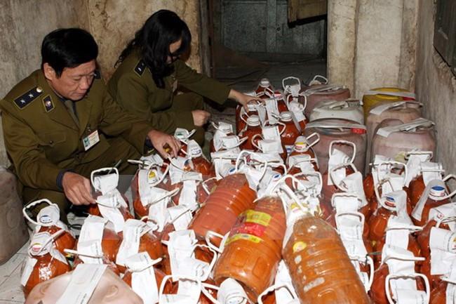Tiêu hủy 7 tấn tương ớt có nhiều giòi tại Bình Dương