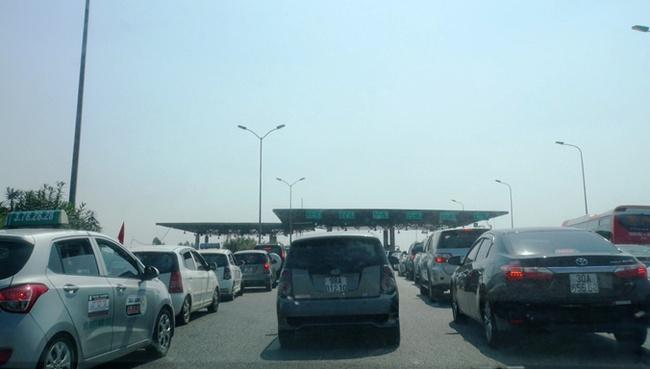 Thu phí rề rà: Thủ phạm gây ùn tắc giao thông