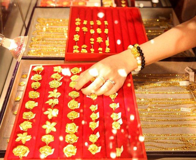 Doanh nghiệp vàng đẩy chênh lệch giá bán ra mua vào lên gần 800 nghìn đồng/lượng
