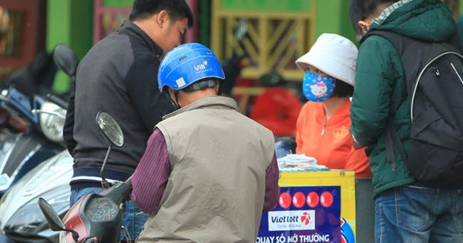 """Chưa được phát hành tại Hà Nội, vé số Vietlott bán """"chui"""" đắt hàng"""