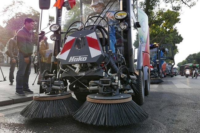 Cận cảnh 'siêu xe' quét rác tiền tỷ trên phố Hà Nội