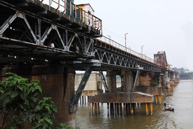 Hà Nội sẽ xử lý quả bom dài 2,5m ở chân cầu Long Biên thế nào?