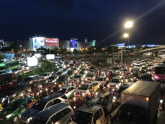 Ngàn người và xe chôn chân quanh sân bay Tân Sơn Nhất